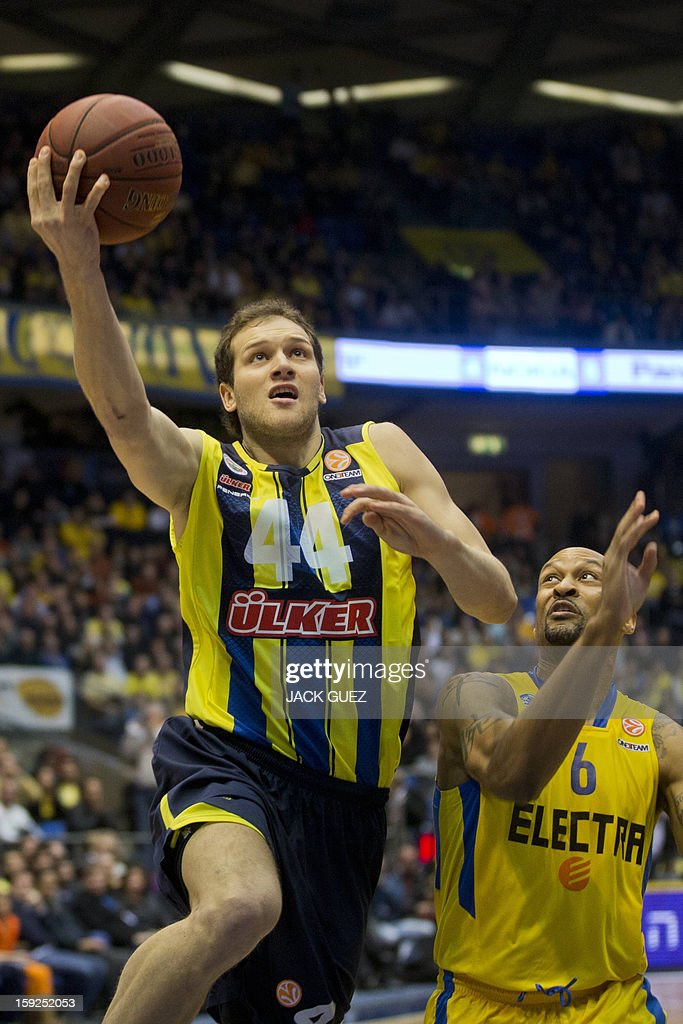 Fenerbahce Ulker's Croatian forward Bojan Bogdanovic (L) jumps to score during their Euroleague top 16 basketball match, against Maccabi Tel Aviv, on January 10, 2013, at the Nokia stadium in the Mediterranean coastal city of Tel Aviv. AFP PHOTO / JACK GUEZ
