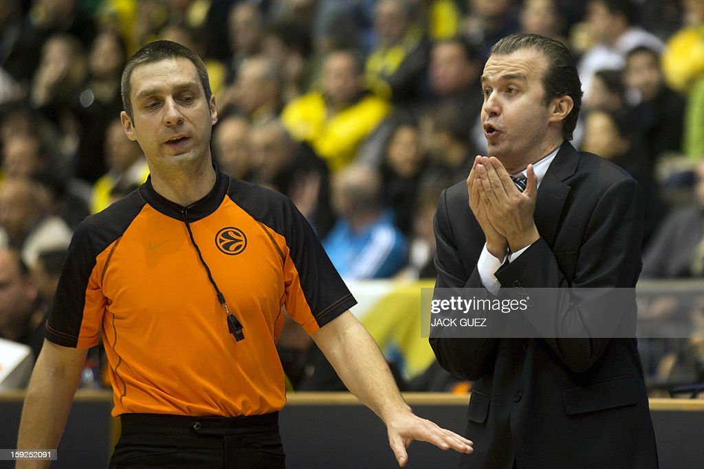 Fenerbahce Ulker's Head Coach Simone Pianigiani (R) reacts during his team's Euroleague top 16 basketball match against Maccabi Tel Aviv on January 10, 2013, at the Nokia stadium in the Mediterranean coastal city of Tel Aviv. AFP PHOTO / JACK GUEZ