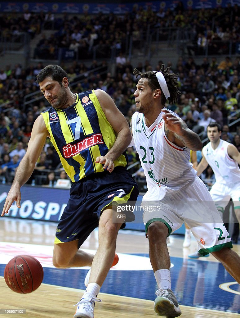 Fenerbahce Ulker`s Omer Onan (R) vies with Montepaschi Siena`s Daniel Hackett (R) during their Euroleague basketball match between at the Ulker Sport Hall in Istanbul on January 4, 2013. AFP PHOTO/STR
