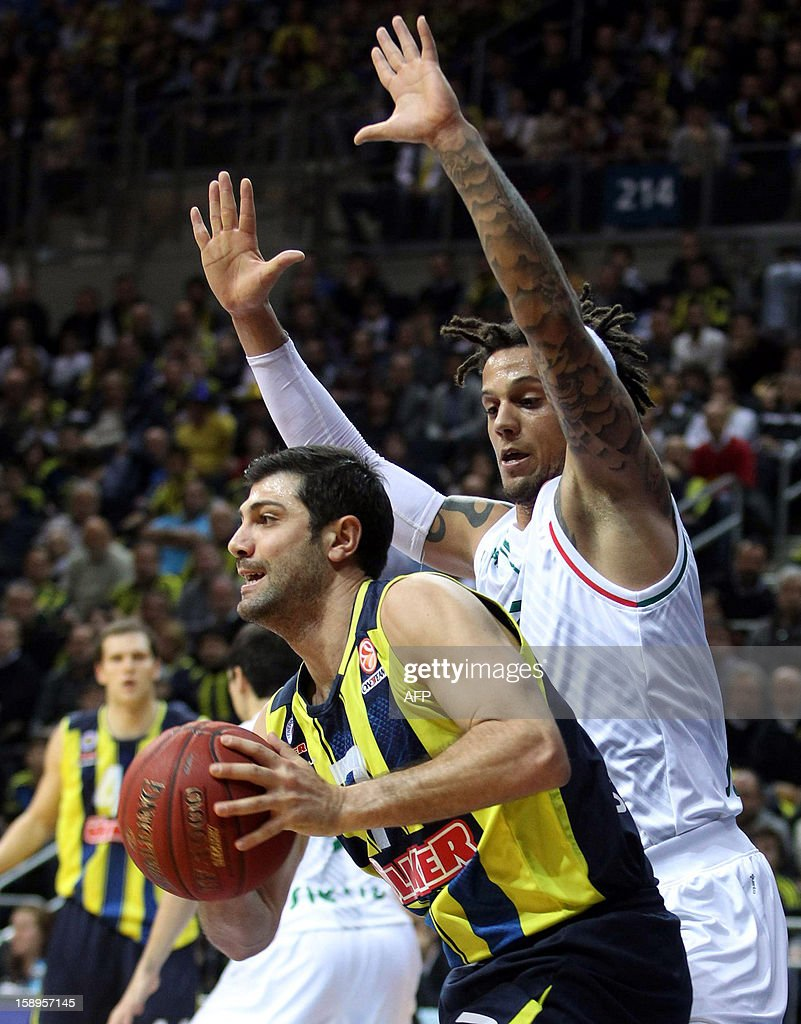 Fenerbahce Ulker`s Omer Onan (L) vies with Montepaschi Siena`s Daniel Hackett (R) during their Euroleague basketball match between at the Ulker Sport Hall in Istanbul on January 4, 2013. AFP PHOTO/STR