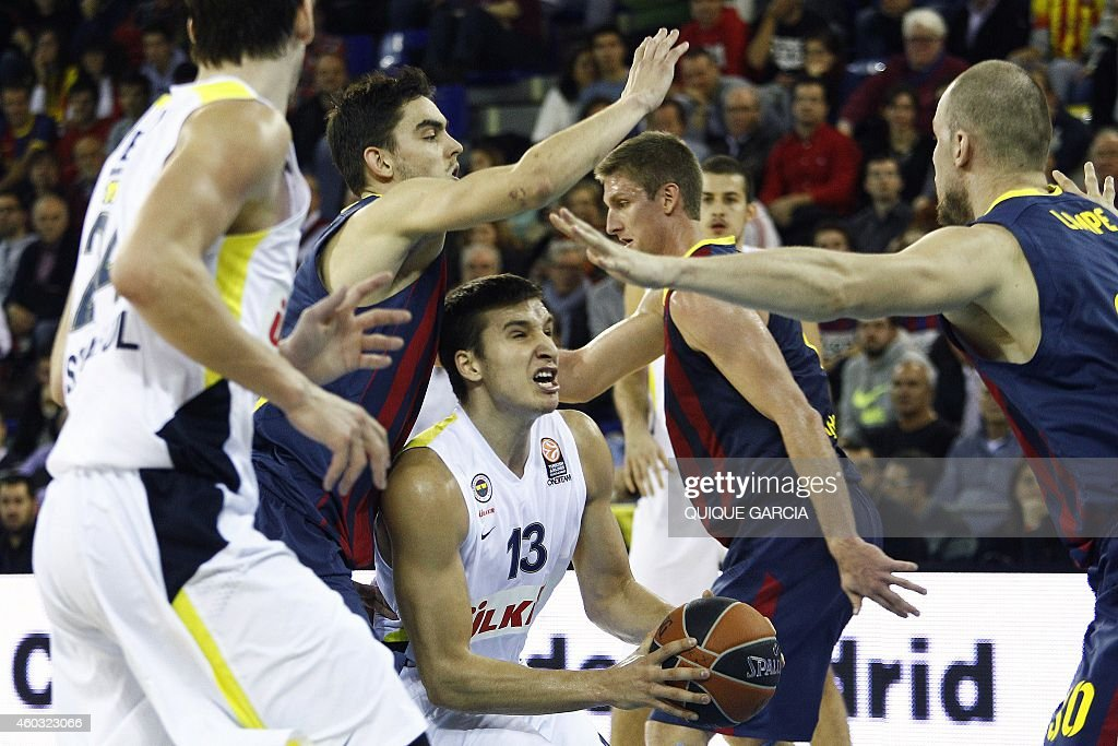 Fenerbahce Ulker's Serbian guard Bogdan Bogdanovic (C) vies withBarcelona's Czech guard Tomas Satoransky (L) during the Euroleague group C basketball match FC Barcelona vs Fenerbahce Ulker Istanbul at the Palau Blaugrana sportshall in Barcelona on December 11, 2014.