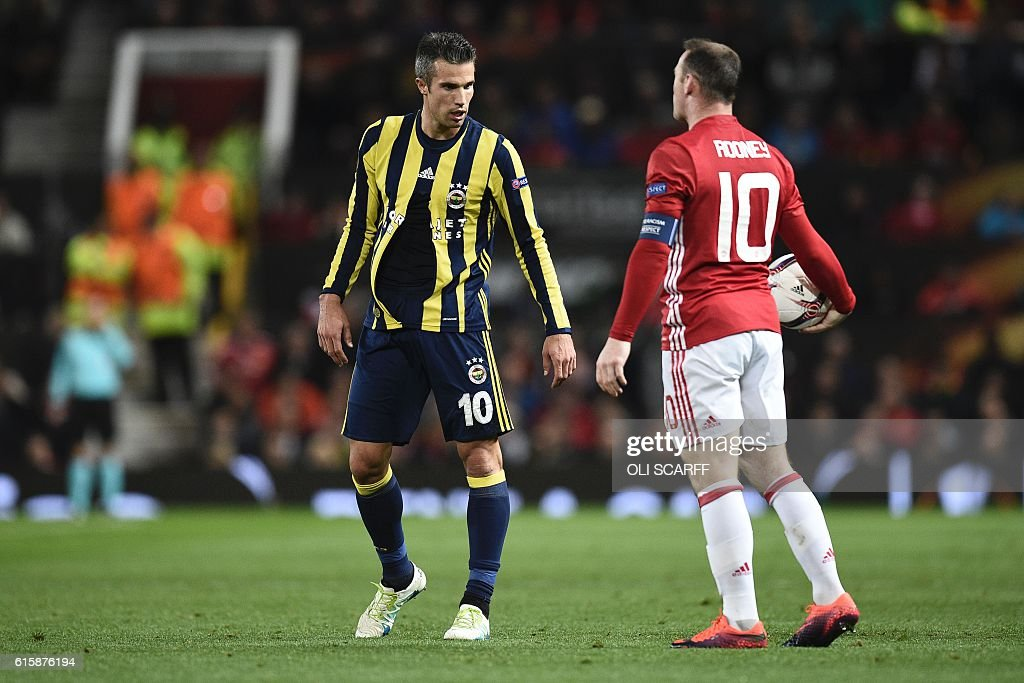 Fenerbahce's Dutch forward Robin van Persie (L) reacts with his shirt ripped as Manchester United's English striker Wayne Rooney (R) holds the ball during the UEFA Europa League group A football match between Manchester United and Fenerbahce at Old Trafford in Manchester, north west England, on October 20, 2016. / AFP / OLI