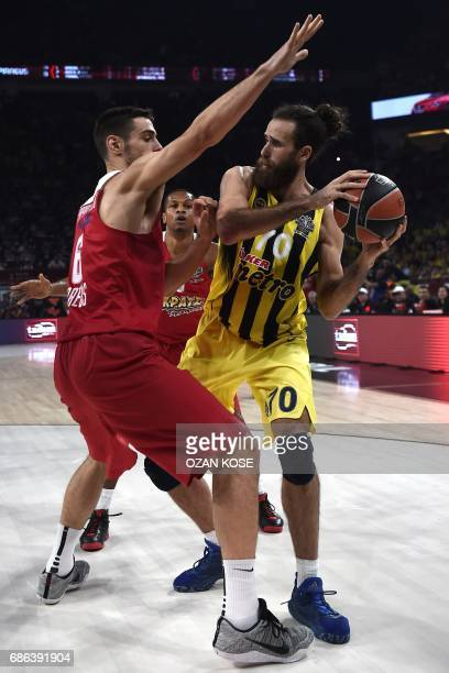 Fenerbahce's Italian forward Luigi Datome vies with Olympiacos Piraeus' Greek forward Ioannis Papapetrou during the first place basketball match...