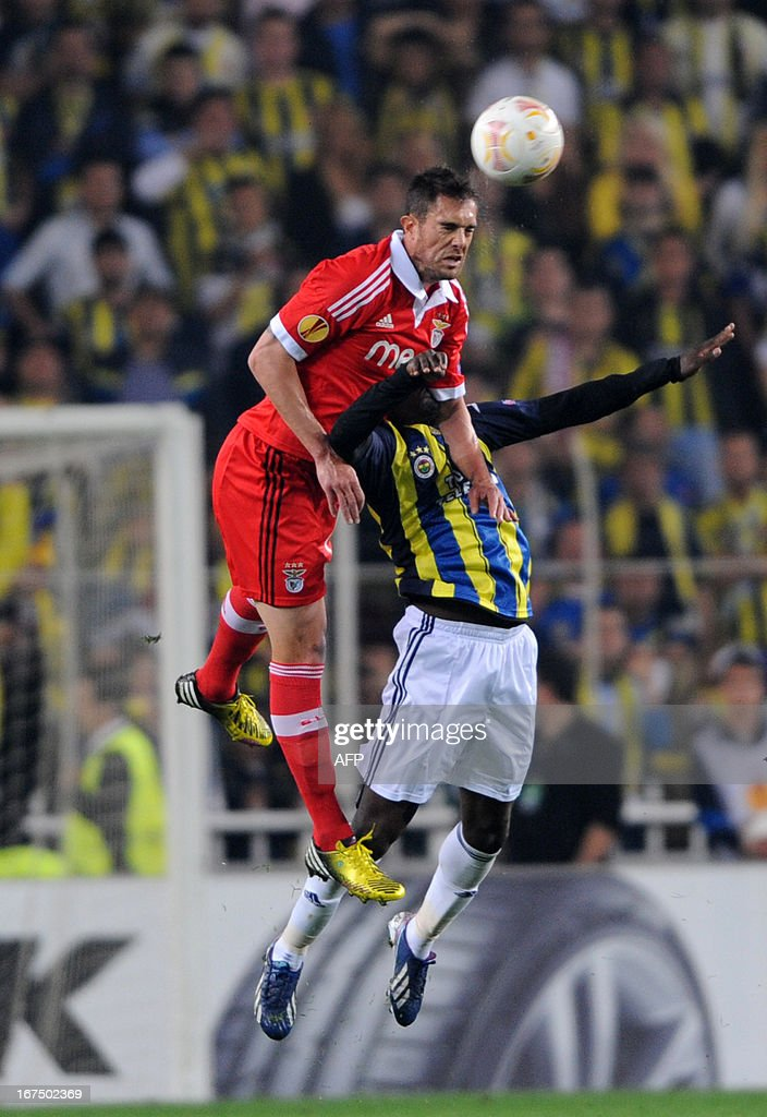Fenerbahce's Joseph Yobo (R) vies with Benfica's Jardel (L) during an UEFA Europa League semi-final football match between Fenerbahce and Benfica at Sukru Saracoglu stadium on April 25, 2013 in Istanbul.