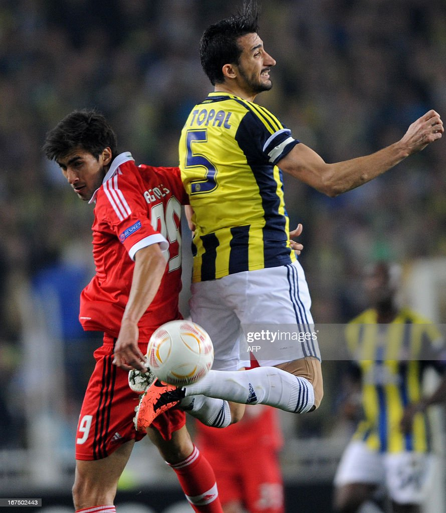 Fenerbahce's Mehmet Topal (R) vies with Benfica's Rodrigo (L) during an UEFA Europa League semi-final football match between Fenerbahce and Benfica at Sukru Saracoglu stadium on April 25, 2013 in Istanbul.