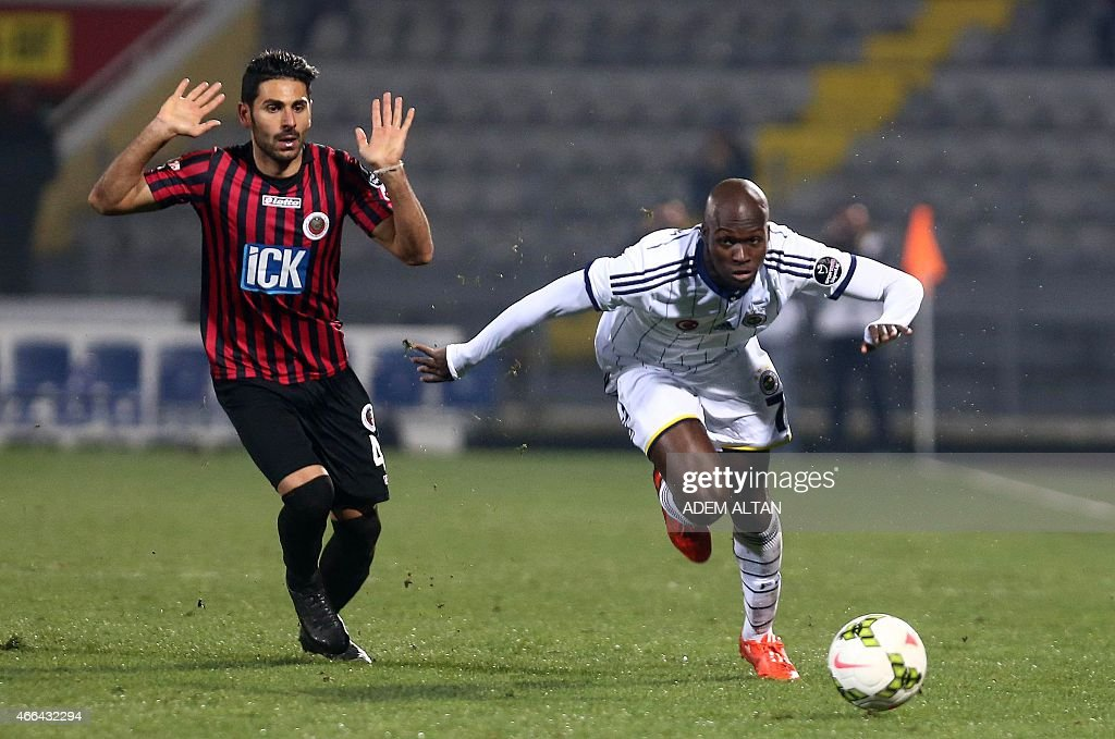 Fenerbahce's <a gi-track='captionPersonalityLinkClicked' href=/galleries/search?phrase=Moussa+Sow&family=editorial&specificpeople=2336264 ng-click='$event.stopPropagation()'>Moussa Sow</a> (R) runs with the ball during Turkish Spor Toto Super League football match between Fenerbahce and Genclerbirligi at 19 May Stadium in Ankara, on March 15, 2015.