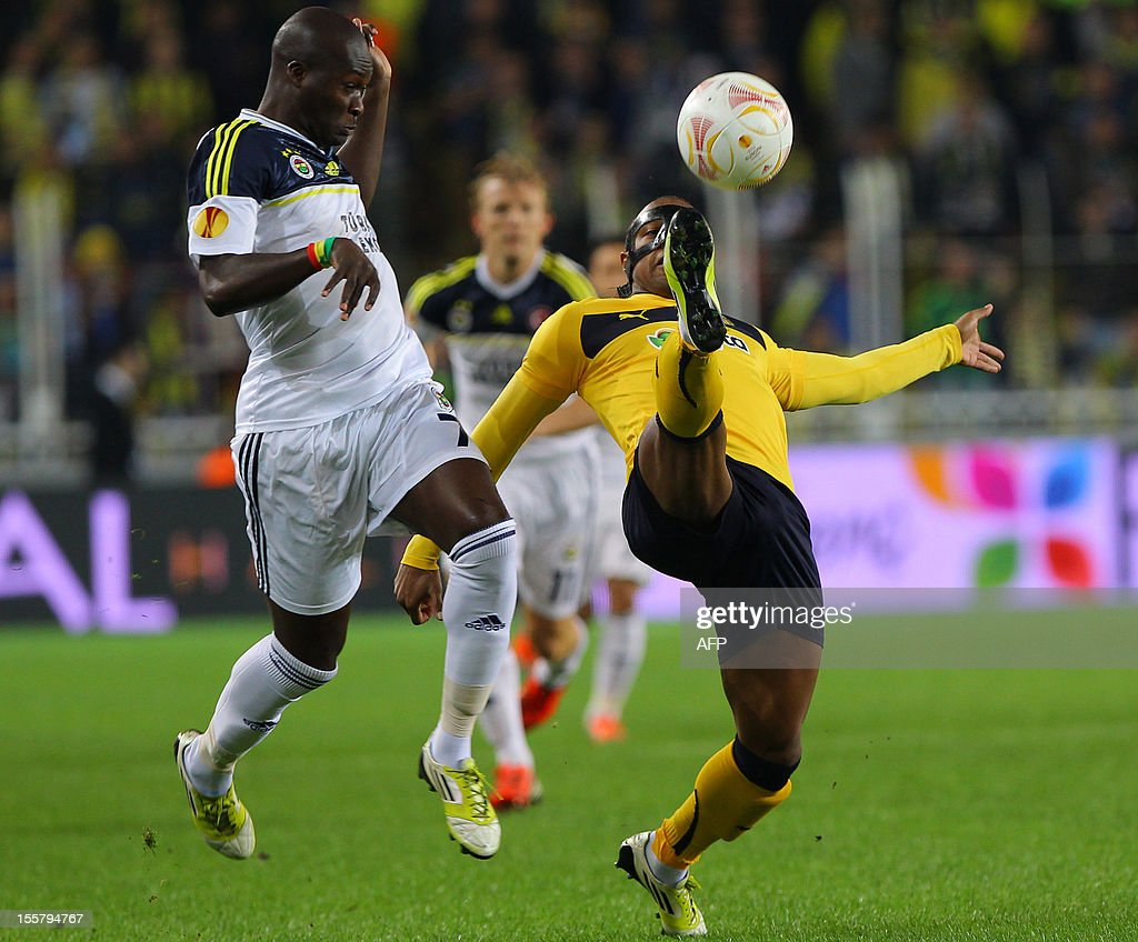 Fenerbahce's Moussa Sow (L) vies with AEL Limassol's Carlitos during an UEFA Europa League football match Fenerbahce SK vs AEL Limassol FC at Sukru Saracoglu Stadium in Istanbul, on November 8, 2012.