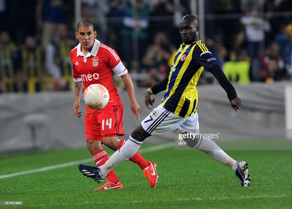 Fenerbahce's Moussa Sow vies with Benfica's Maxi Pereira during an UEFA Europa League semi final football match between Fenerbahce and Benfica at Sukru Saracoglu stadium on April 25, 2013 in Istanbul.