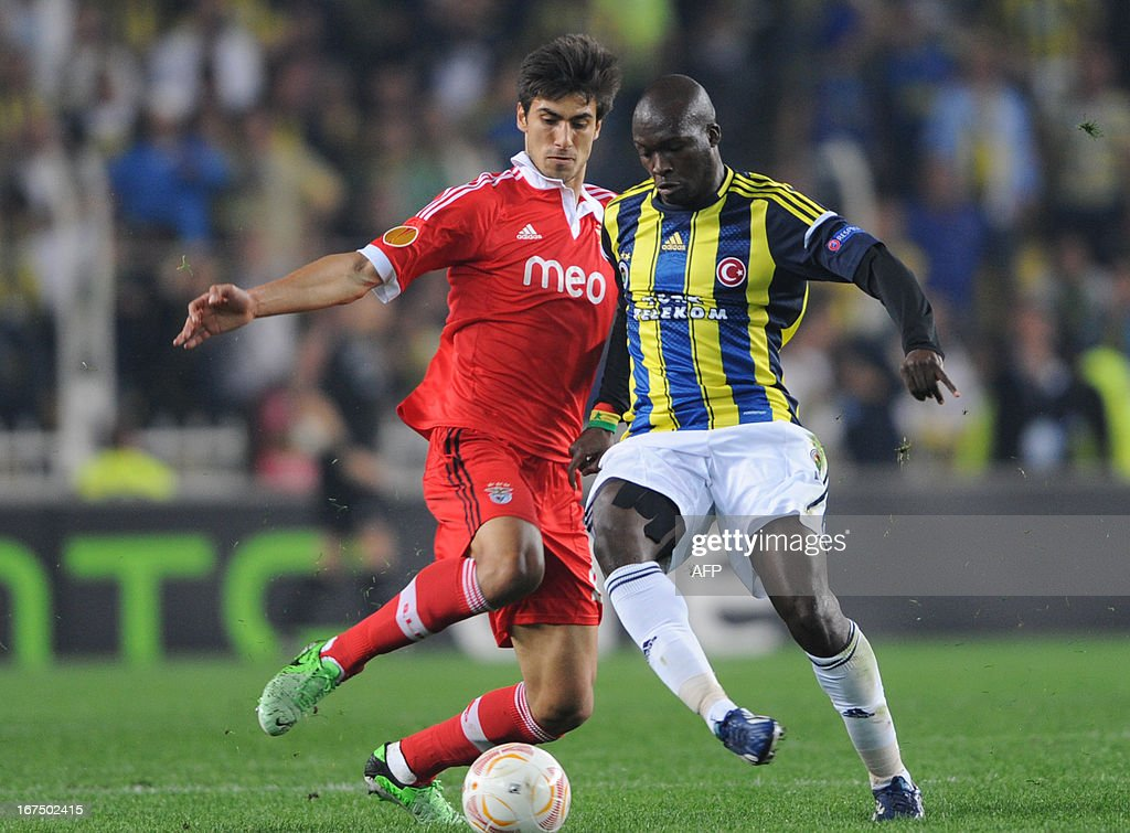 Fenerbahce's Pierre Webo (R) vies with Benfica's Andre Gomez (L) during an UEFA Europa League semi-final football match between Fenerbahce and Benfica at Sukru Saracoglu stadium on April 25, 2013 in Istanbul.