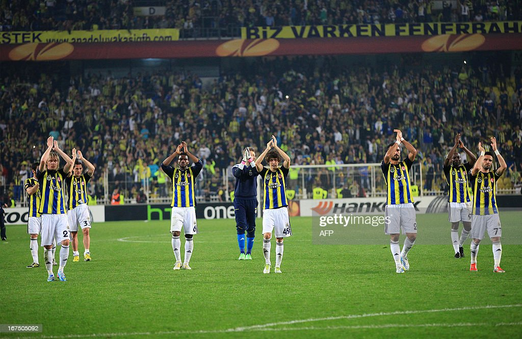 Fenerbahce's players celebrate at the end of the UEFA Europa League semi-final football match between Fenerbahce and Benfica at Sukru Saracoglu stadium on April 25, 2013 in Istanbul. AFP PHOTO/MIRA