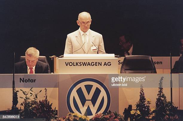 Ferdinand Piëch Vorstandsvorsitzender der Volkswagen AG auf der Hauptversammlung des Autoherstellers Er verliest die Zahlen neben ihm der Notar Piëch...