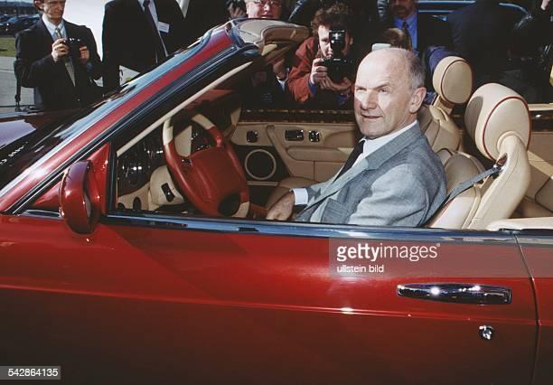 Ferdinand Piëch Vorstandsvorsitzender der Volkswagen AG in einem roten Bentley umlagert von Journalisten