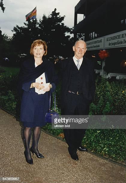 Ferdinand Piëch Vorstandsvorsitzender der Volkswagen AG und seine Ehefrau Ursula Das Ehepaar ist auf dem Weg zum Kanzlerfest in Bonn