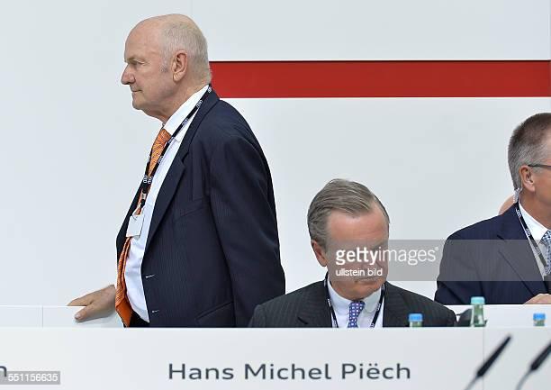Ferdinand Piech geht an Hans MIchel Piech vorbei waehrend der Aktionaers Hauptversammlung der AUDI AG am 22 Mai 2014 in Ingolstadt