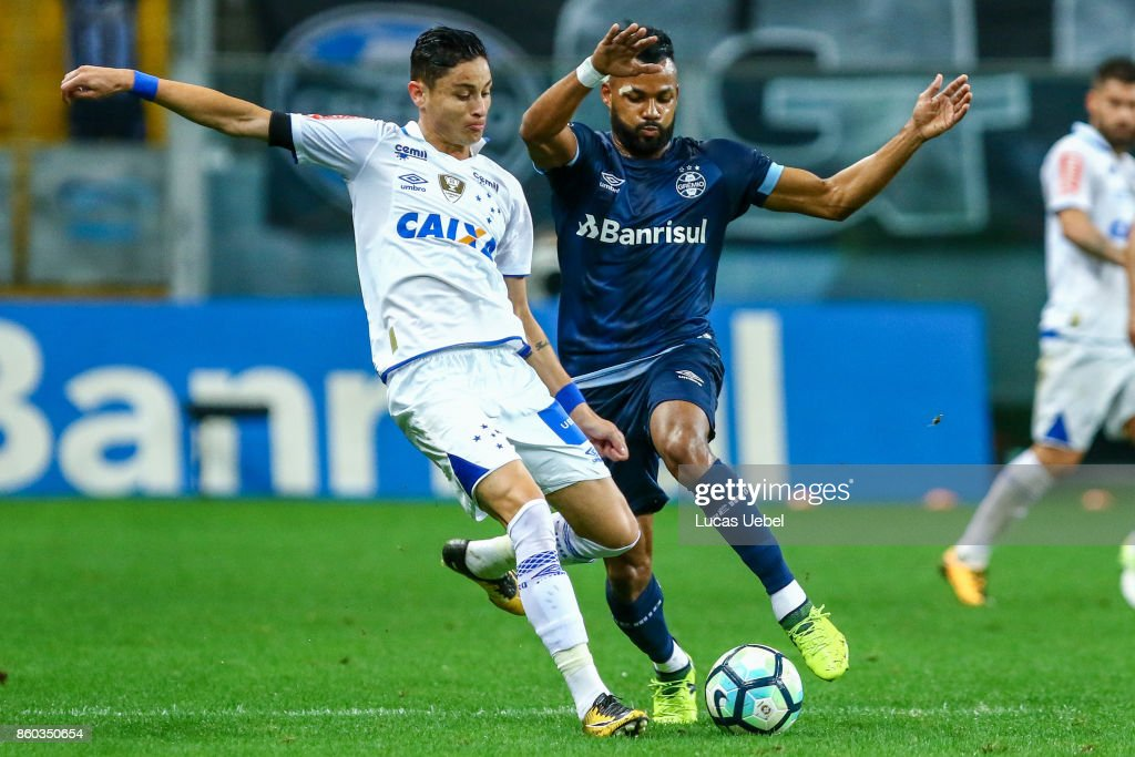 Fernandinho of Gremio battles for the ball against Diogo Barbosa of Cruzeiro during the match Gremio v Cruzeiro as part of Brasileirao Series A 2017, at Arena do Gremio on October 11, 2017, in Porto Alegre, Brazil.