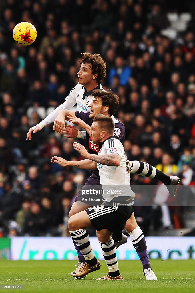 <a gi-track='captionPersonalityLinkClicked' href=/galleries/search?phrase=Fernando+Amorebieta&family=editorial&specificpeople=866883 ng-click='$event.stopPropagation()'>Fernando Amorebieta</a> of Fulham, <a gi-track='captionPersonalityLinkClicked' href=/galleries/search?phrase=Chris+Martin+-+Jogador+de+futebol&family=editorial&specificpeople=4617697 ng-click='$event.stopPropagation()'>Chris Martin</a> of Derby County and Jamie O'Hara of Fulham challenge for the ball during the Sky Bet Championship match between Fulham and Derby County at Craven Cottage on February 6, 2016 in London, England.