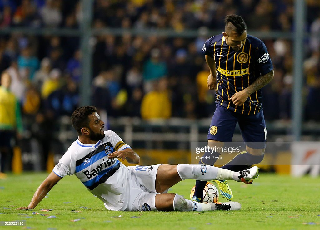 Fernando Barrientos of Rosario Central (R) tries to avoid the slide for the ball by Maicon of Gremio (L) during a second leg match between Rosario Central and Gremio as part of Copa Bridgestone Libertadores 2016 as part of round of 16 of Copa Bridgestone Libertadores 2016 at Gigante de Arroyito Stadium on May 05, 2016 in Rosario, Argentina.