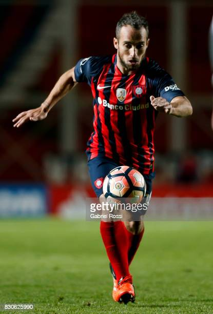 Fernando Belluschi of San Lorenzo drives the ball during a second leg match between San Lorenzo and Emelec as part of round of 16 of Copa CONMEBOL...