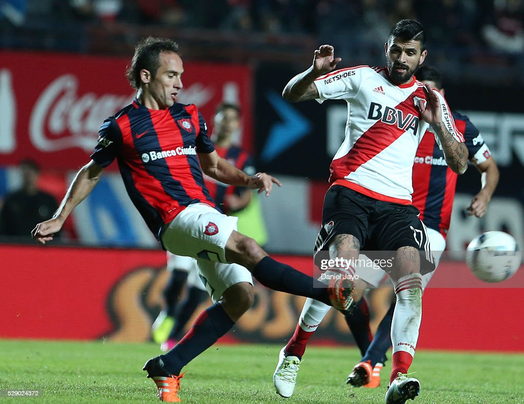 Fernando Belluschi of San Lorenzo fights for the ball with Luis Gonzalez of River Plate during a match between San Lorenzo and River Plate as part of round 14 of Torneo Transicion 2016 at Pedro Bidegain Stadium on May 07, 2016 in Buenos Aires, Argentina.
