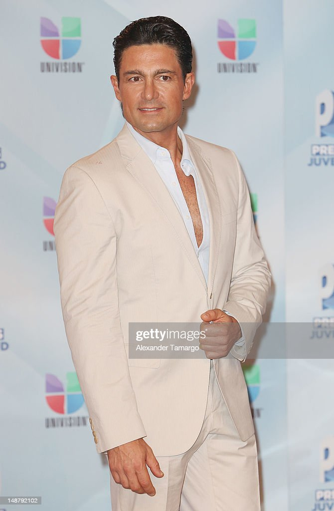 http://media.gettyimages.com/photos/fernando-colunga-arrives-at-univisions-premios-juventud-awards-at-picture-id148792102