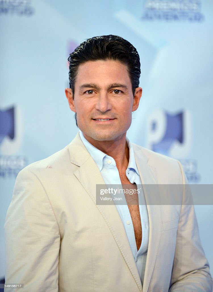 http://media.gettyimages.com/photos/fernando-colunga-arrives-at-univisions-premios-juventud-awards-at-picture-id149156717