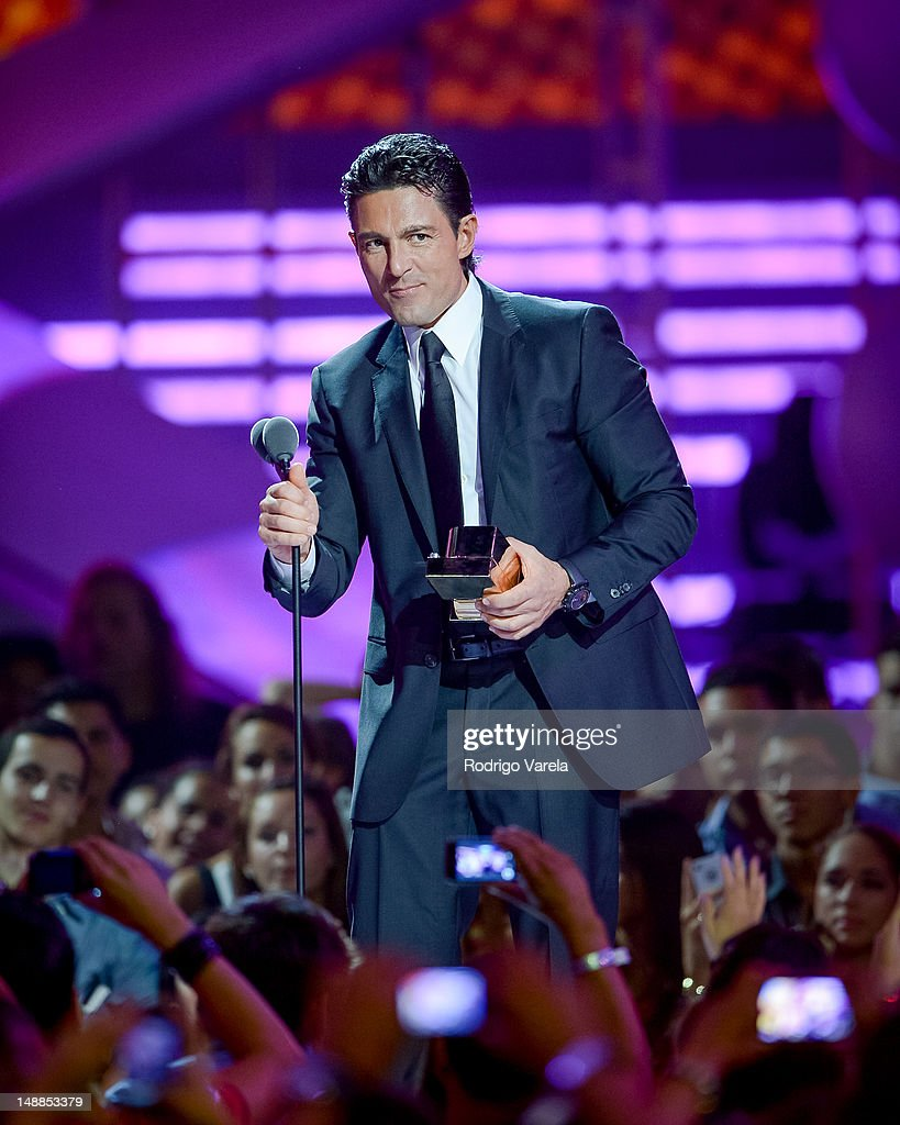 http://media.gettyimages.com/photos/fernando-colunga-onstage-during-the-univisions-premios-juventud-at-picture-id148853379