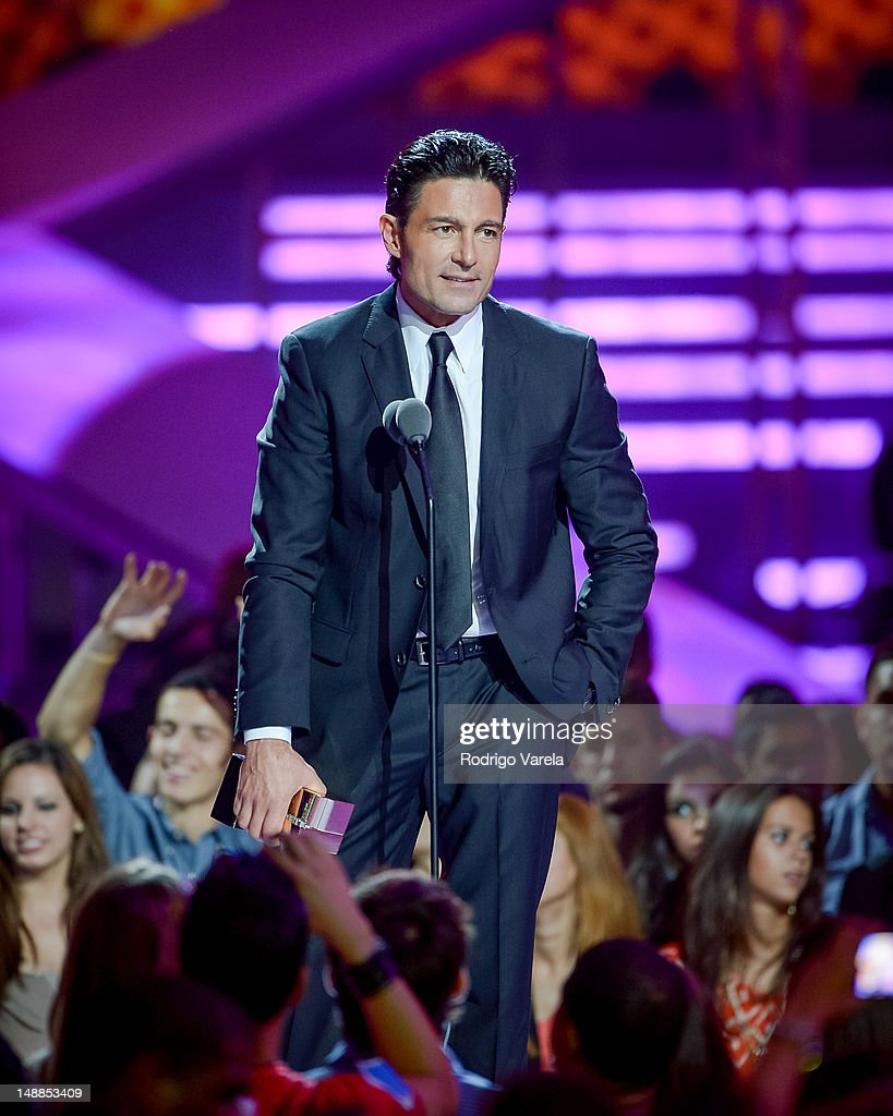 http://media.gettyimages.com/photos/fernando-colunga-onstage-during-the-univisions-premios-juventud-at-picture-id148853409