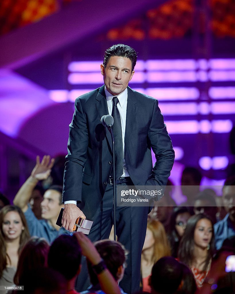 http://media.gettyimages.com/photos/fernando-colunga-onstage-during-the-univisions-premios-juventud-at-picture-id148853416