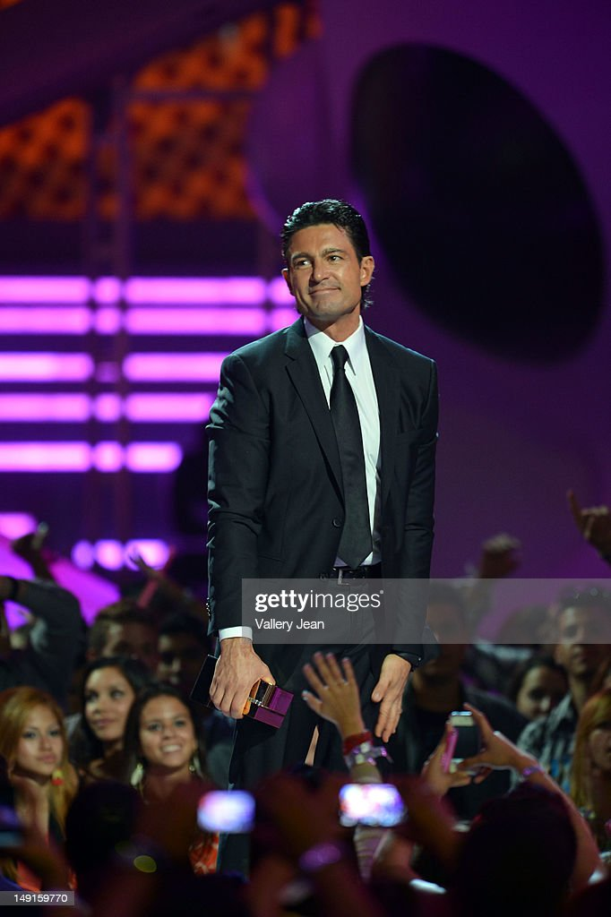 http://media.gettyimages.com/photos/fernando-colunga-onstage-during-univisions-premios-juventud-awards-at-picture-id149159770