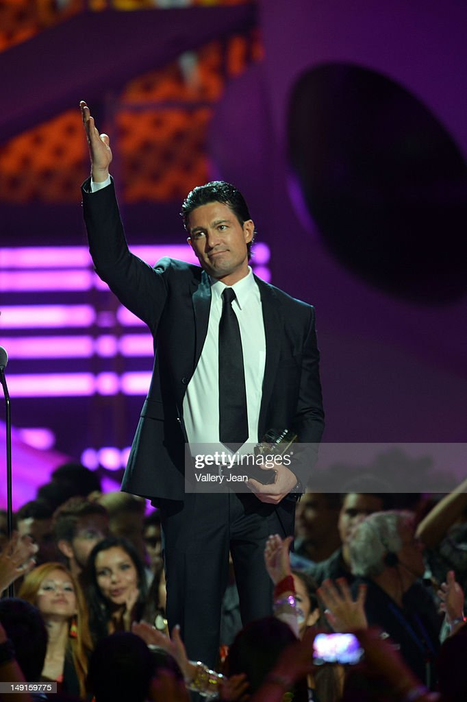 http://media.gettyimages.com/photos/fernando-colunga-onstage-during-univisions-premios-juventud-awards-at-picture-id149159775