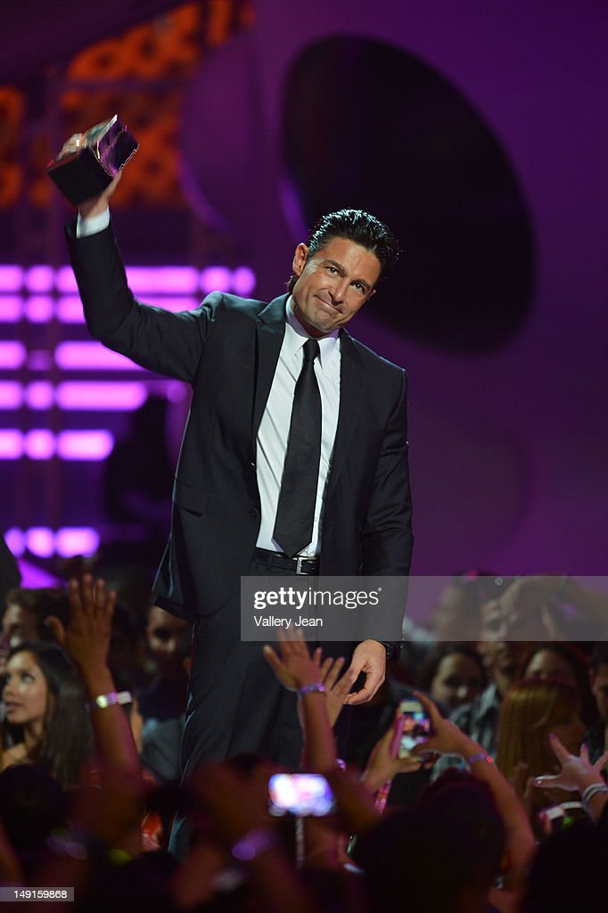 http://media.gettyimages.com/photos/fernando-colunga-onstage-during-univisions-premios-juventud-awards-at-picture-id149159868