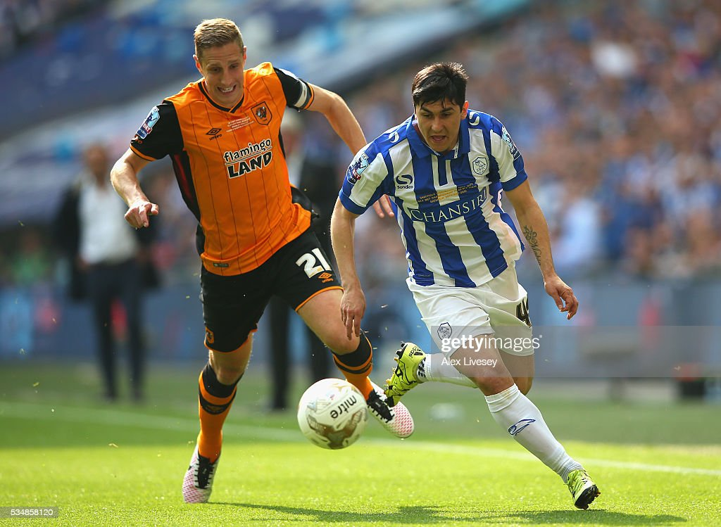 <a gi-track='captionPersonalityLinkClicked' href=/galleries/search?phrase=Fernando+Forestieri&family=editorial&specificpeople=5443110 ng-click='$event.stopPropagation()'>Fernando Forestieri</a> of Sheffield Wednesday and <a gi-track='captionPersonalityLinkClicked' href=/galleries/search?phrase=Michael+Dawson+-+Soccer+Player&family=editorial&specificpeople=453217 ng-click='$event.stopPropagation()'>Michael Dawson</a> of Hull City compete for the ball during Sky Bet Championship Play Off Final match between Hull City and Sheffield Wednesday at Wembley Stadium on May 28, 2016 in London, England.