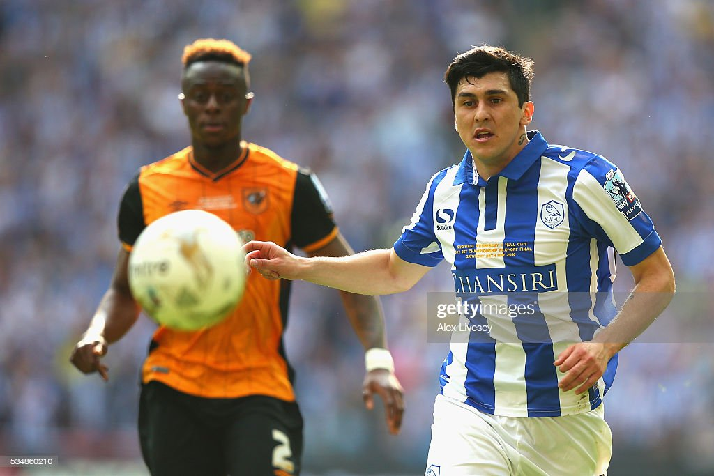 <a gi-track='captionPersonalityLinkClicked' href=/galleries/search?phrase=Fernando+Forestieri&family=editorial&specificpeople=5443110 ng-click='$event.stopPropagation()'>Fernando Forestieri</a> of Sheffield Wednesday chases the ball during Sky Bet Championship Play Off Final match between Hull City and Sheffield Wednesday at Wembley Stadium on May 28, 2016 in London, England.