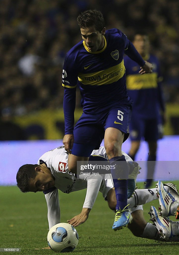 <a gi-track='captionPersonalityLinkClicked' href=/galleries/search?phrase=Fernando+Gago&family=editorial&specificpeople=674234 ng-click='$event.stopPropagation()'>Fernando Gago</a>, of Boca Juniors, and Lucas Perez Godoy, of Quilmes, fight for the ball during a match between Boca Juniors and Quilmes as part of the Torneo Inicial 2013 at Alberto J Armando Stadium on September 29, 2013 in Buenos Aires, Argentina.