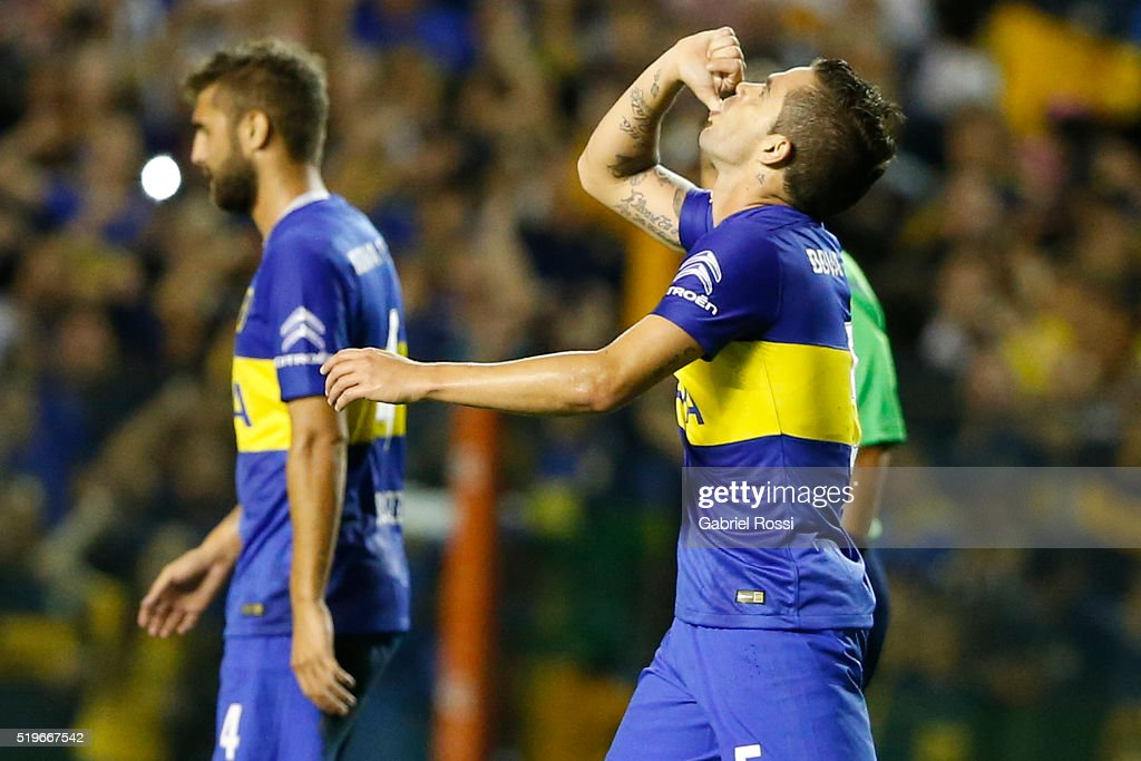 <a gi-track='captionPersonalityLinkClicked' href=/galleries/search?phrase=Fernando+Gago&family=editorial&specificpeople=674234 ng-click='$event.stopPropagation()'>Fernando Gago</a> of Boca Juniors celebrates with his teammates after scoring the first goal of his team during a match between Boca Juniors and Bolivar as part of Group 3 of Copa Bridgestone Libertadores 2016 at Alberto J Armando Stadium on April 07, 2016 in Buenos Aires, Argentina.