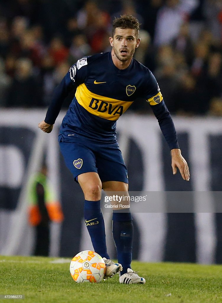<a gi-track='captionPersonalityLinkClicked' href=/galleries/search?phrase=Fernando+Gago&family=editorial&specificpeople=674234 ng-click='$event.stopPropagation()'>Fernando Gago</a> of Boca Juniors drives the ball during a first leg match between River Plate and Boca Juniors as part of round of sixteen of Copa Bridgestone Libertadores 2015 at Antonio Vespucio Liberti Stadium on May 07, 2015 in Buenos Aires, Argentina.