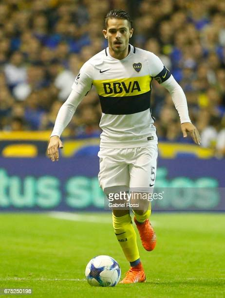 Fernando Gago of Boca Juniors drives the ball during a match between Boca Juniors and Arsenal as part of Torneo Primera Division 2016/17 at Alberto J...