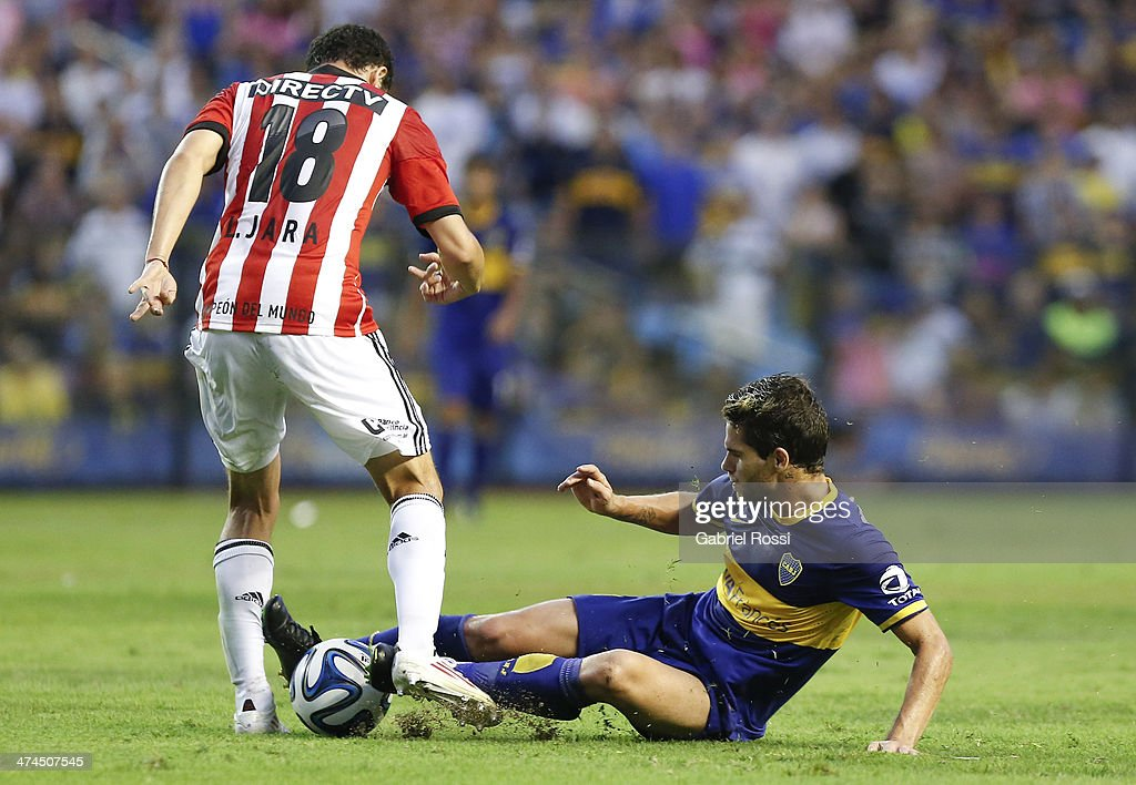 <a gi-track='captionPersonalityLinkClicked' href=/galleries/search?phrase=Fernando+Gago&family=editorial&specificpeople=674234 ng-click='$event.stopPropagation()'>Fernando Gago</a> of Boca Juniors fights for the ball with Leonardo Jara of Estudiantes during a match between Boca Juniors and Estudiantes as part of forth round of Torneo Final 2014 at Estadio Unico de La Plata on February 23, 2014 in La Boca, Buenos Aires, Argentina.
