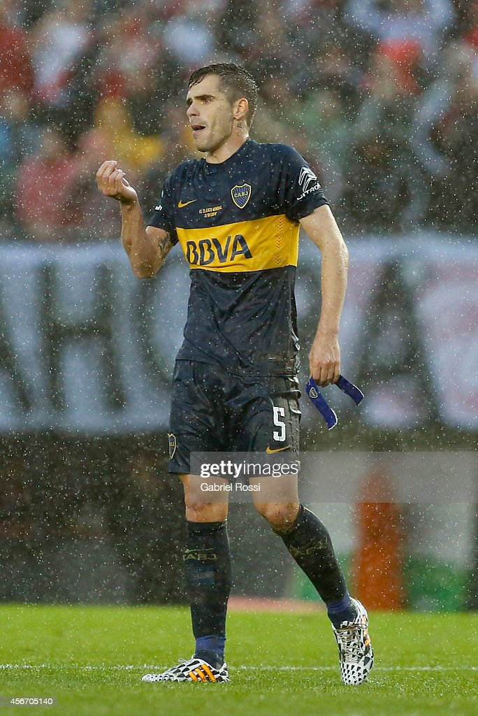 <a gi-track='captionPersonalityLinkClicked' href=/galleries/search?phrase=Fernando+Gago&family=editorial&specificpeople=674234 ng-click='$event.stopPropagation()'>Fernando Gago</a> of Boca Juniors reacts during a match between River Plate and Boca Juniors as part of 10th round of Torneo de Transicion 2014 at Monumental Antonio Vespucio Liberti Stadium on October 5, 2014 in Buenos Aires, Argentina.