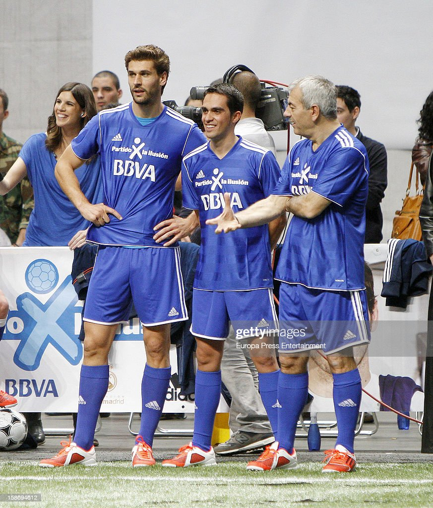 ¿Cuánto mide Carlos Sobera? - Altura  Fernando-llorente-alberto-contador-and-carlos-sobera-attend-partido-x-picture-id158694612