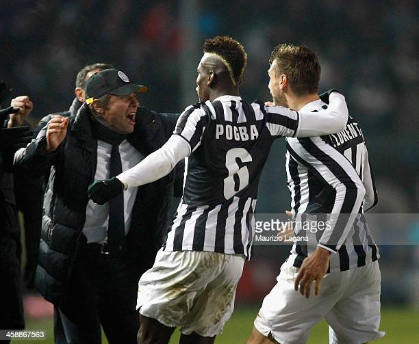 Fernando Llorente of Juventus celebrates his goal with Paul Pogba and Antonio Conte during the Serie A match between Atalanta BC and Juventus at...