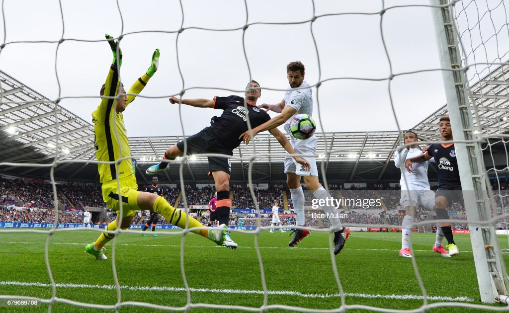 Fernando Llorente of Swansea City scores his sides first goal during the Premier League match between Swansea City and Everton at the Liberty Stadium on May 6, 2017 in Swansea, Wales.
