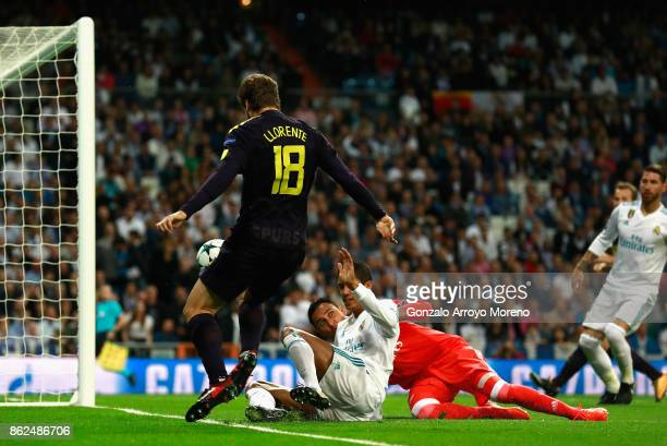 Fernando Llorente of Tottenham Hotspur shoots during the UEFA Champions League group H match between Real Madrid and Tottenham Hotspur at Estadio...