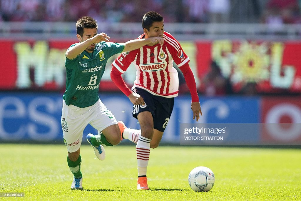 Fernando Navarro of Leon (L) vies for the ball with Carlos Cisneros (R) of Guadalajara, during their Mexican Clausura tournament football match at the Omnilife stadium on February 14, 2016, in Guadalajara City. AFP PHOTO/VICTOR STRAFFON / AFP / VICTOR STRAFFON