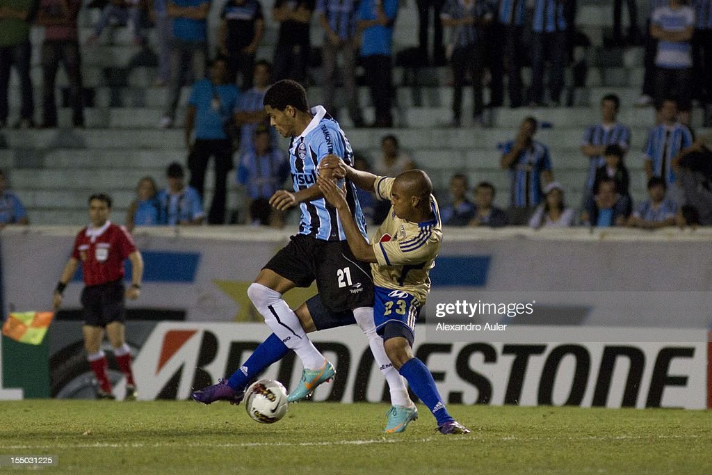 Fernando of Grêmio fights for the ball with Vasquez of Millonarios during the match between Grêmio (Brazil) and Millonarios (Colombia) as part of the eighth stage of Copa Sudamericana 2012 at Olímpico stadium on October 30, 2012 in Porto Alegre, Brazil. (Photo by Alexandro Auler/LatinContent/Getty Images).