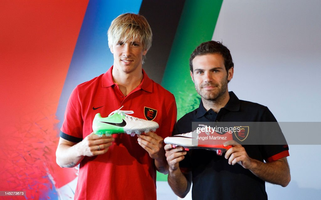 Fernando Torres (L) and Juan Mata of Spain attend a press conference at Puerta America Hotel on May 25, 2012 in Madrid, Spain.