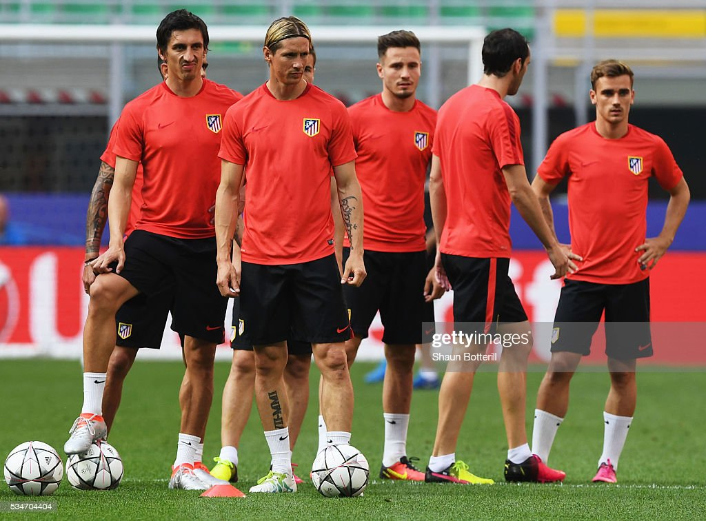 <a gi-track='captionPersonalityLinkClicked' href=/galleries/search?phrase=Fernando+Torres&family=editorial&specificpeople=194755 ng-click='$event.stopPropagation()'>Fernando Torres</a> of Atletico Madrid (2nd l) during an Atletico de Madrid training session on the eve of the UEFA Champions League Final against Real Madrid at Stadio Giuseppe Meazza on May 27, 2016 in Milan, Italy.