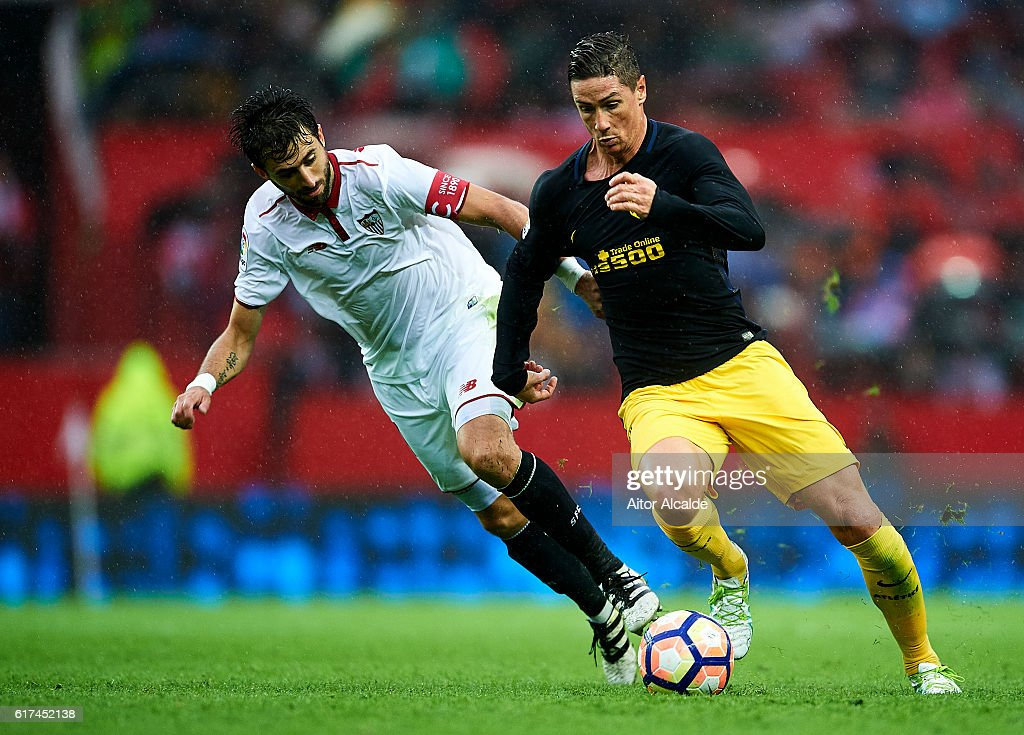 Fernando Torres of Club Atletico de Madrid (R) competes for the ball with Nicolas Pareja of Sevilla FC (L) during the match between Sevilla FC vs Club Atletico de Madrid as part of La Liga at Estadio Ramon Sanchez Pizjuanon October 23, 2016 in Seville, Spain.