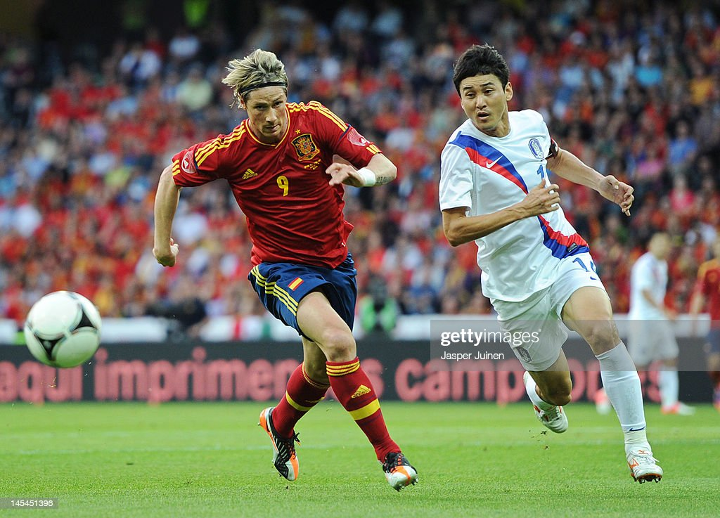 <a gi-track='captionPersonalityLinkClicked' href=/galleries/search?phrase=Fernando+Torres&family=editorial&specificpeople=194755 ng-click='$event.stopPropagation()'>Fernando Torres</a> (L) of Spain runs for the ball with Jung Soo Lee of Korea Republic during the international friendly match between Spain and Korea Republic on May 30, 2012 in Bern, Switzerland.