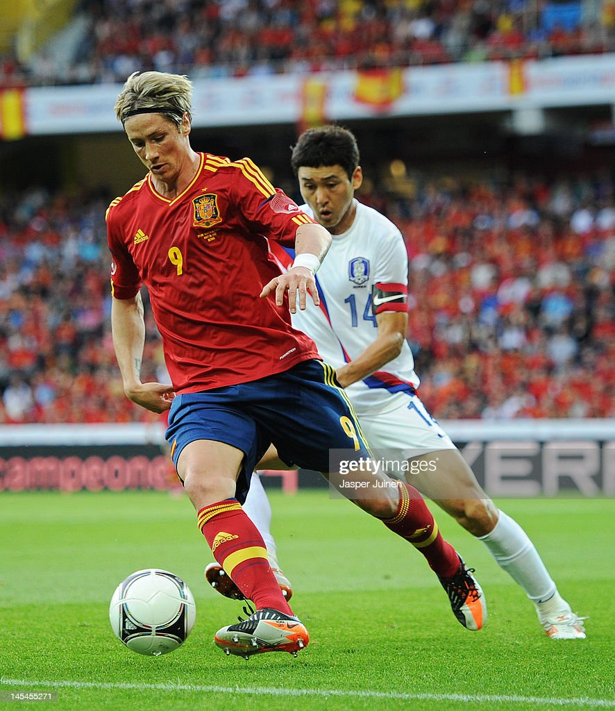Fernando Torres (L) of Spain shields Jung Soo Lee of Korea Republic from the ball during the international friendly match between Spain and Korea Republic on May 30, 2012 in Bern, Switzerland.